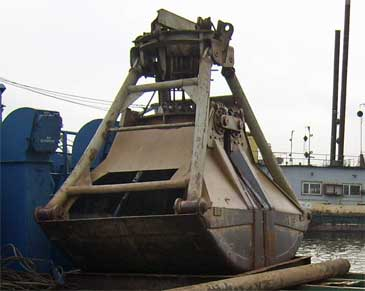 16 ton Self-Propelled Floating Clamshell Dredge