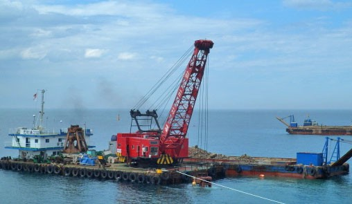 8 m3 Clamshell Dredge with Rock Crusher